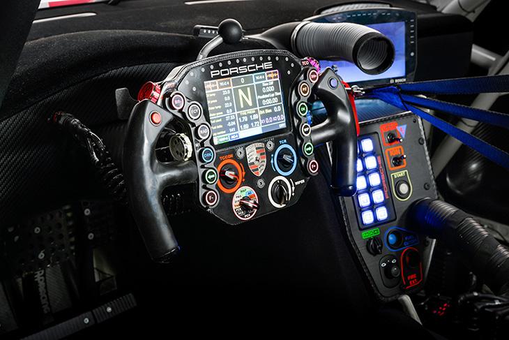 Porsche-911-RSR-19-Cockpit.jpg